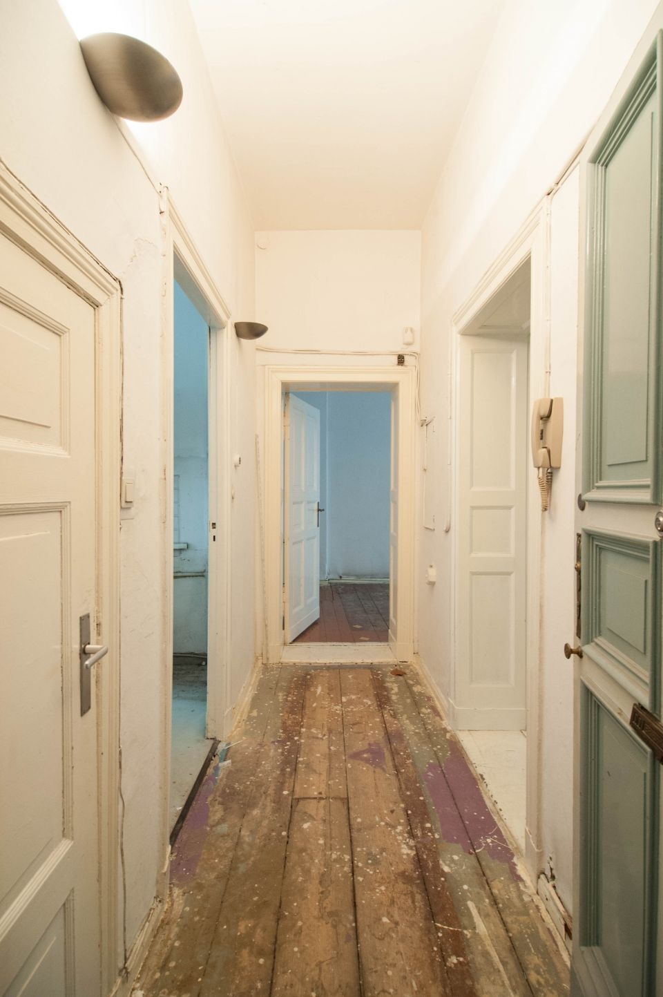 Hausansicht; Hauseingang; Wohnungseingang; Treppenhaus; Flur ...