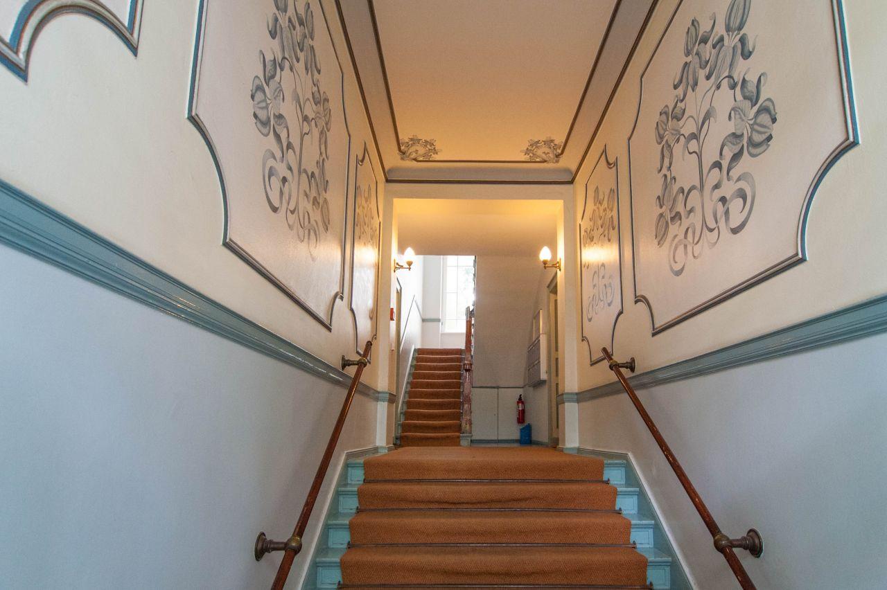 Hausansicht; Hauseingang; Wohnungseingang; Treppenhaus ...